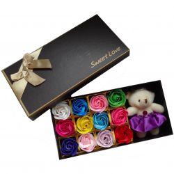 Coffret cadeau 12 fleurs de savon multi-couleurs et son ours